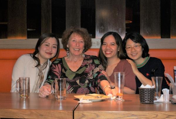 Autour de la table de gauche à droite, Canh Linh, Bich, Xuân, Viet Quang et Thu Ha