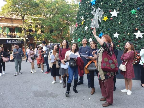De gauche à droite, Mai Ly, Bich, Dang Thuy, Viet Quang, Phuong Lan, Minh Thuy (cachée derrière moi) et Yen. Certaines se réfèrent à leurs notes ! Bao Nhung arrive enfin