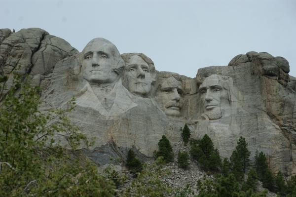 De gauche à droite, Washington, Jefferson, Théodore Roosevelt et Lincoln, quatre présidents ayant marqué l'histoire des États-Unis de 1770 à 1900. Monument sculpté entre 1927 et 1941 pour développer le tourisme dans la région, sur site sacré des « natives ».