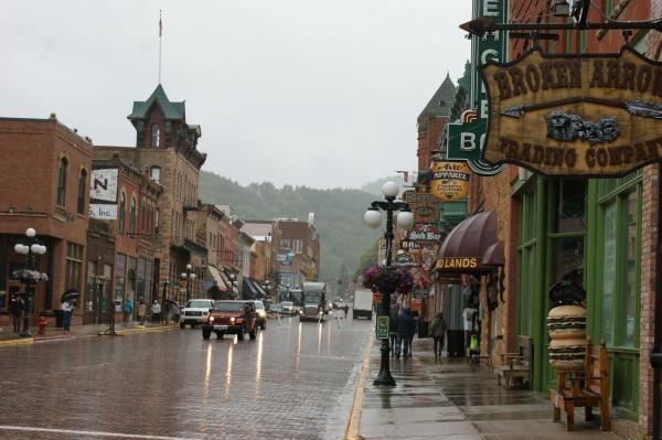 La rue principale de Deadwood sous la pluie