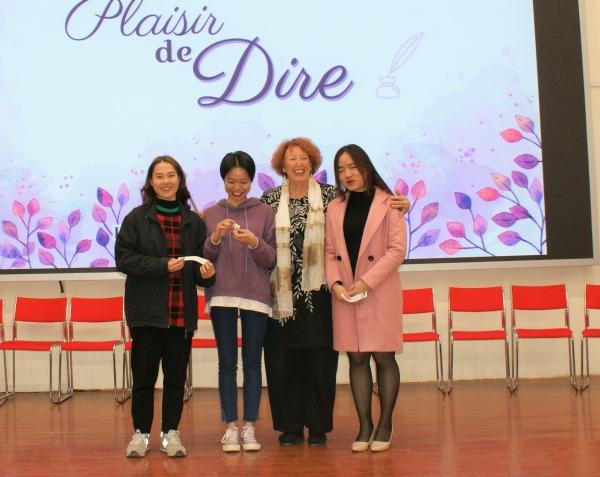 Ngoc, Tra My et Thao, lauréates de 1ère année, tout à leur joie