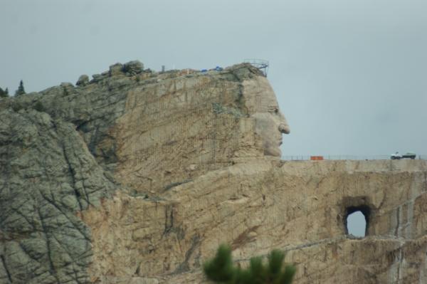 Sculpté dans une falaise à quelques km du Mont Rushmore, le Mémorial est dû à l'initiative de Korczak Ziolkowski, aidé du chef indien Henry Standing Bear, en hommage aux « natives ». Commencé en 1948 sans fonds publics, seul le visage de Crazy Horse est achevé