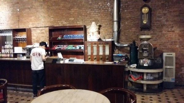 Le café de la rue Nha Tho où nous nous sommes rafraîchies et son architecture française de l'époque coloniale. Un bel endroit, calme !