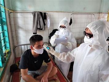 Contrôle de la température corporelle d'un patient le 19 mars à Binh Phuoc (Sud)