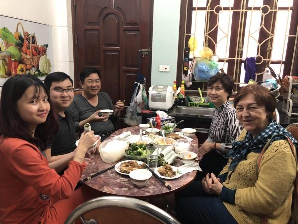 Dimanche, Marie Luce a déjeuné avec la famille de Thu Ha. Sa sœur et son petit ami, son beau-père, sa mère et Marie-Luce