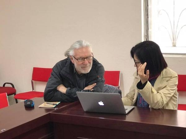 Gérard s'entretient avec Dam Thuy, « cheffe » du groupe Littérature et civilisation,