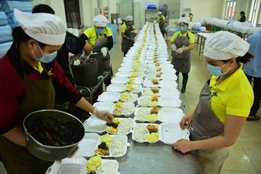 Préparation de repas gratuits pour les personnes confinées
