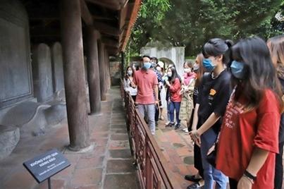 De jeunes « touristes » au Temple de la Littérature à Hanoï.