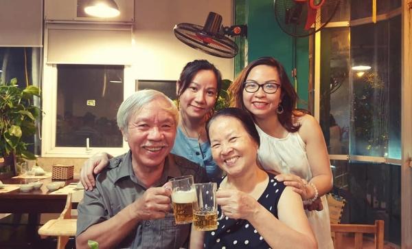 Lien, sa sœur et ses parents. Plaisir de boire une bière ensemble !