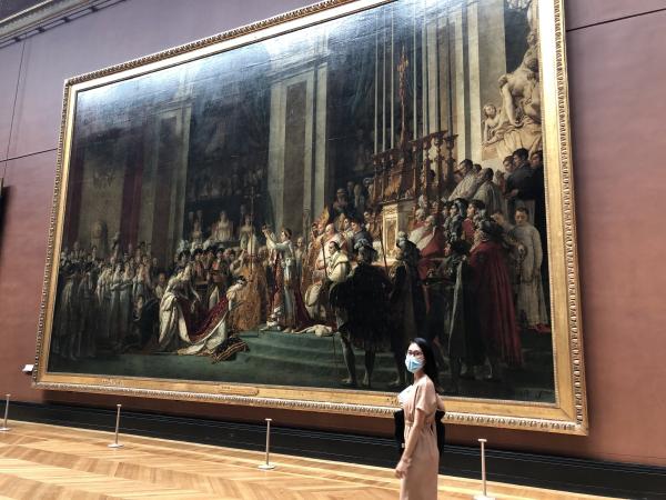 Au musée du Louvre sans les touristes étrangers. Des conditions de visite étonnantes, sans affluence. Le Sacre de Napoléon par David
