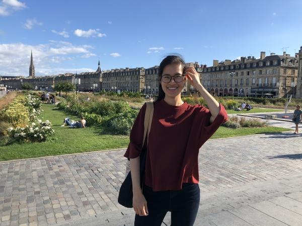 Bordeaux: Place de la Bourse et ses immeubles donnant sur la Garonne