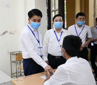 Le président du Comité populaire de Hanoï, Nguyên Duc Chung, encourage un candidat du lycée Phan Dinh Phùng à Hanoï