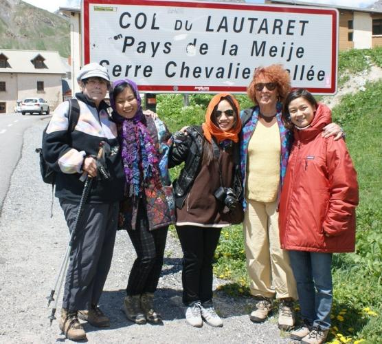 Photo-souvenir de juin 2013 : de gauche à droite, Jean et Marie-Ange Cerva, Hoai Anh, Hoai, Régine, Thuy Aquableu et Serge Guérin. Le vent soufflait fort !