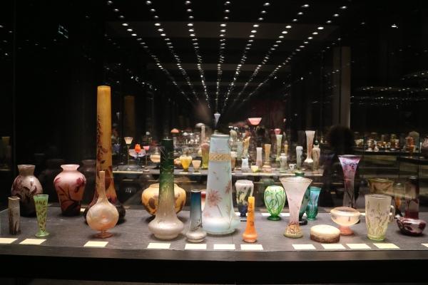 Phuong a adoré le musée des Beaux-Arts à Nancy, sobre et moderne. Elle n'avait jamais vu d'aussi belles verreries qu'ici. Sur la photo, vases de la manufacture de Daum (fin 19ème s.)