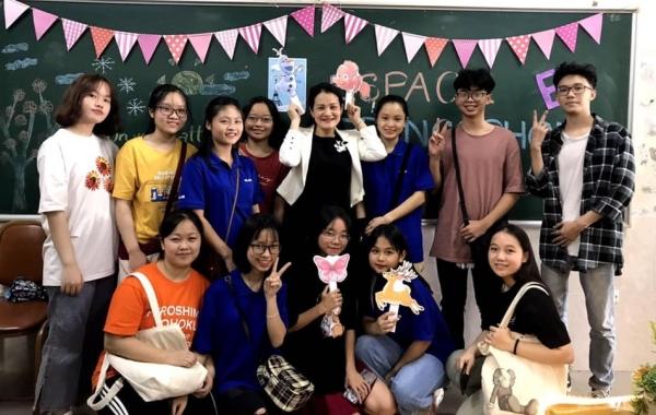 Ambiance de rentrée. Dang Thuy – vice-doyenne-  entourée d'étudiant.e.s inscrit.e.s dans les clubs proposés par le Département