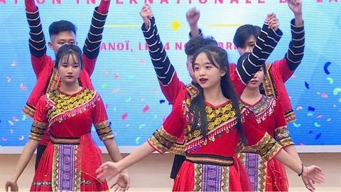 Après les discours, le spectacle : danses et musique traditionnelle