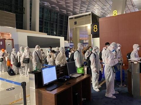 La queue pour les procédures d'enregistrement avant de monter à bord de l'avion