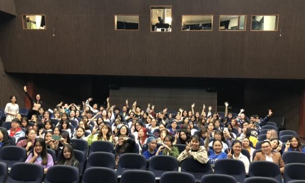 Les étudiant.e.s de 1ère année, installés pour la projection
