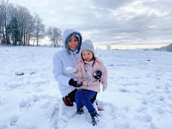 Sourires de Thanh Thuy et sa fille depuis la Belgique enneigée