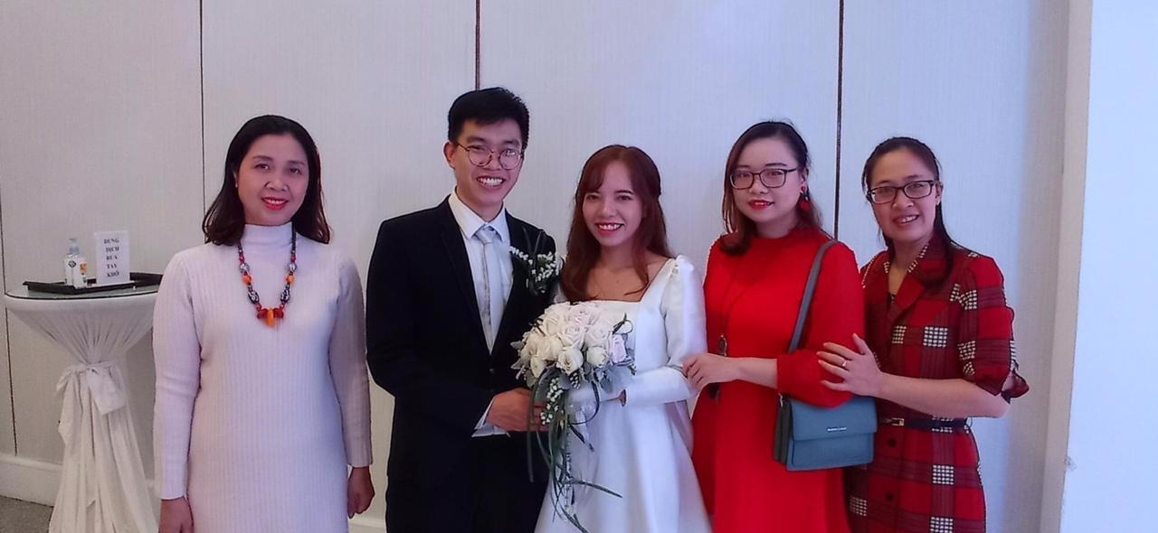 Yen et son mari Vinh, un jeune homme très souriant dont j'ai fait la connaissance à l'automne 2019, entourés par des professeures. Thuy-Lise est tout en rouge