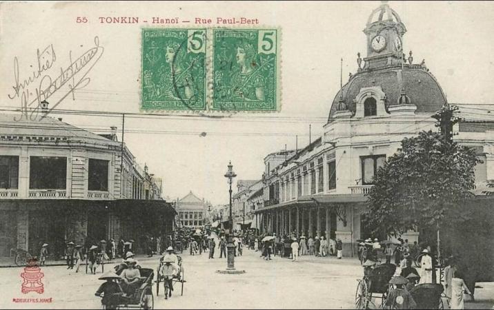 Aujourd'hui, rue Trang Tien avec l'Opéra à l'arrière-plan