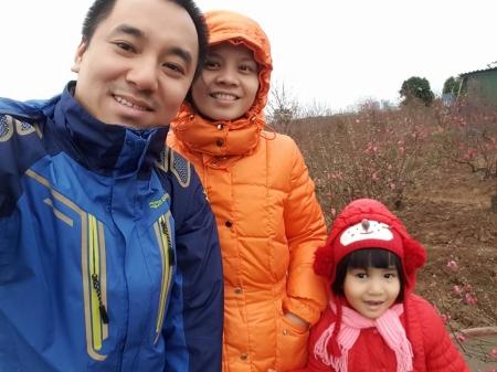 Diep, Préfassienne 2000 avec son mari et sa fille, sous le crachin