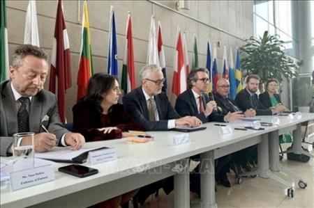 L'ambassadeur Giorgio Aliberti (4e à partir de la droite), chef de la délégation de l'Union européenne (UE) au Vietnam, lors du point presse le 23 mars 2021