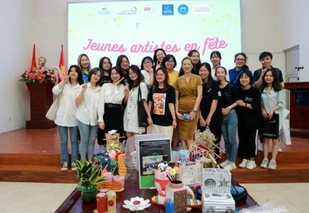 Au centre, deux professeures de 2ème année : Bich en robe brune et Anh Tu en chemisier jaune.