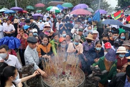 Le 17 avril, des pèlerins offrent de l'encens pour rendre hommage aux rois Hùng.  Certains portent le masque, d'autres pas,  et les mesures de distance physique ne sont guère respectées
