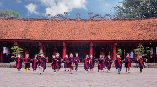 En robe verte sur la gauche, Dang Thuy vice-doyenne.