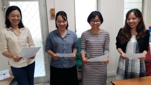 Mai Ly en chemisier bleu, en novembre 2020, lors d'un atelier de lecture expressive, en compagnie de Bich, Anh Tu et Yen