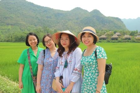 Thuy Linh, Bao Nhung, Mai Ly et Anh Tu semblent avoir choisi la couleur de leurs robes en harmonie avec la nature.