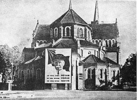 Jacques de Miribel - Saigon la Rouge - La Révolution nationale à Saigon. Affiche sur le chevet de la cathédrale